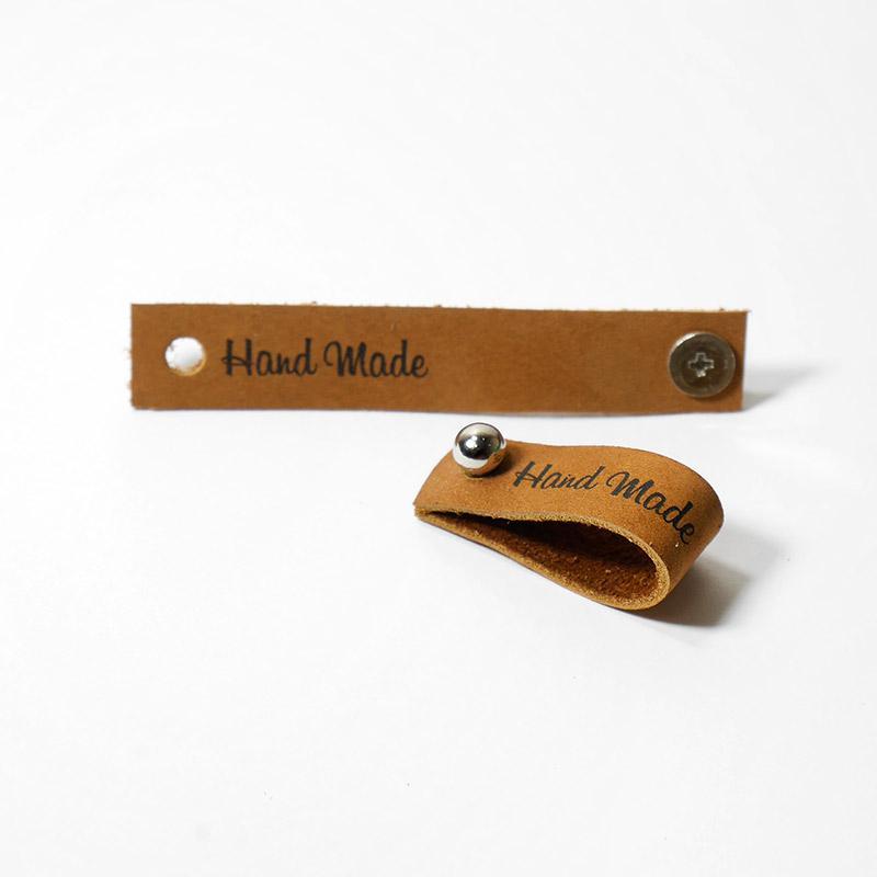 Кожаная бирка Hand Made с кнопкой 1,3х7см коричневый